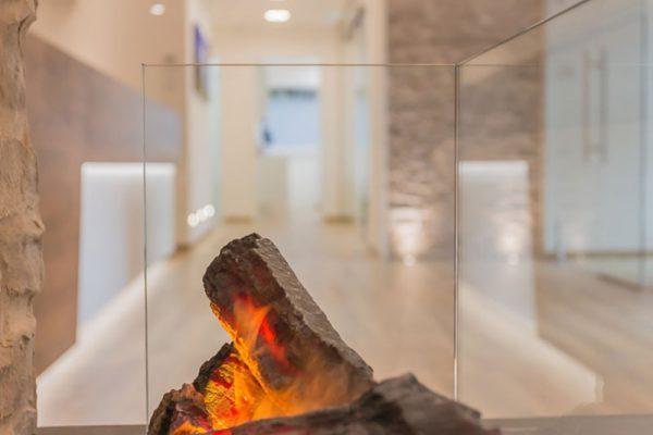Kamin in der Zahnarztpraxis Kaiser in Sauerlach.