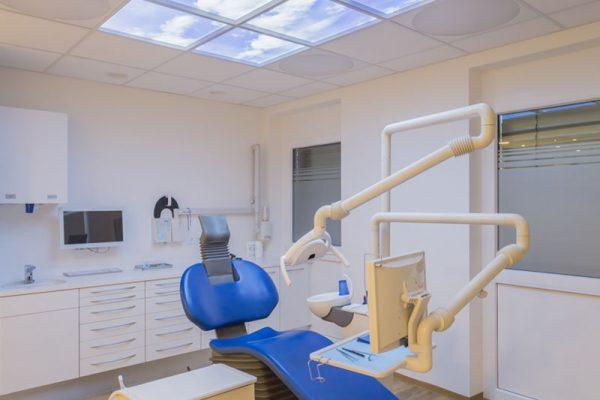 Behandlungszimmer mit Stuhl und schönem Bild an der Decke in der Zahnarztpraxis Dr. Kaiser in Sauerlach.