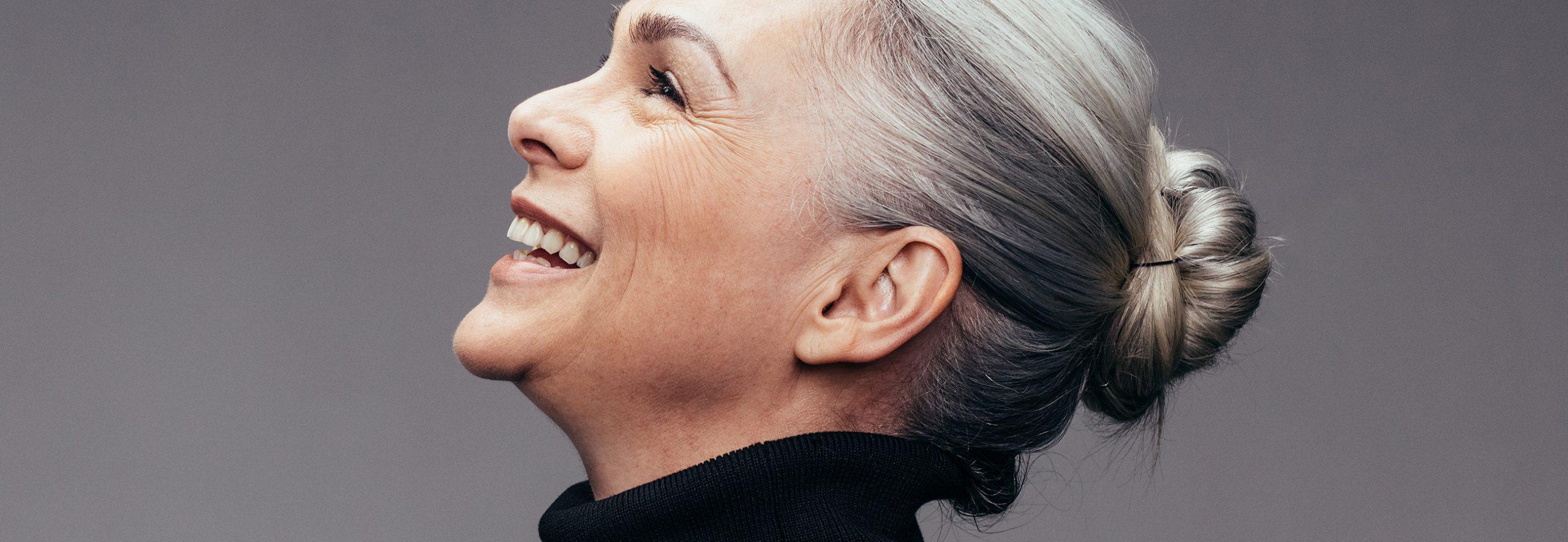 Dank der Parodontosebehandlung beim Zahnarzt in Sauerlach lebt ältere Frau gesünder.
