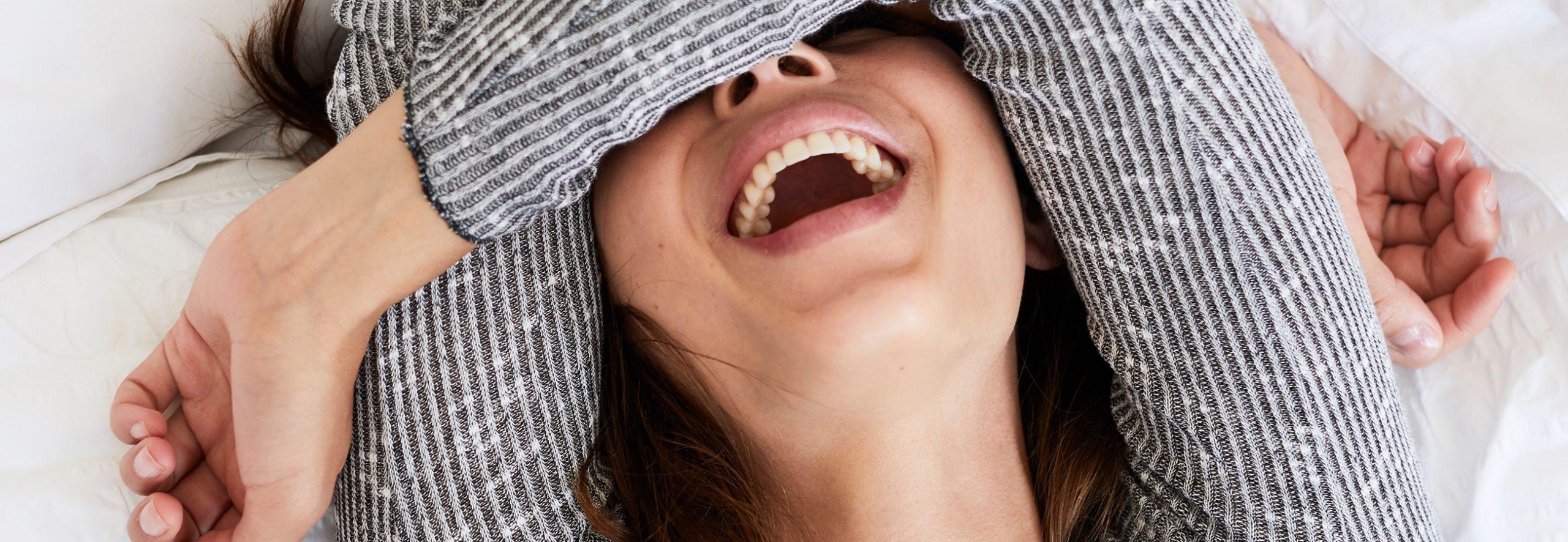 Frau ist glücklich und gesund dank der Prophylaxe beim Zahnarzt in Sauerlach.