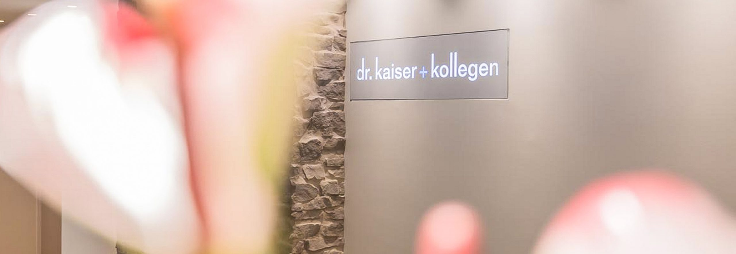 Tür der Zahnarztpraxis Dr. Kaiser & Kollegen in Sauerlach