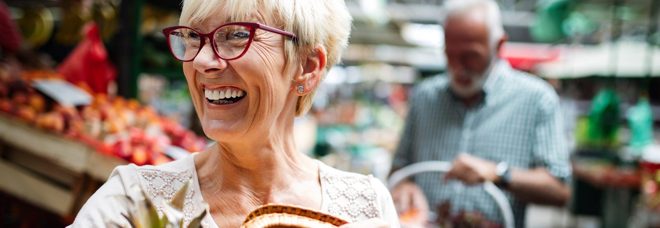 Frau lacht zufrieden dank Zahnersatz aus Sauerlach